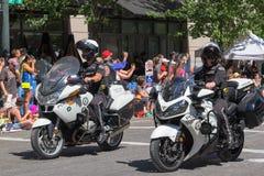De Politieescortes van Portland bij de Grote Bloemenparade van Portland stock afbeeldingen