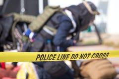 De politielijn doet geen kruis met de vage achtergrond van de wetshandhaving stock afbeelding