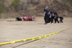 De politielijn doet geen kruis met vage auto en groep wet enforc royalty-vrije stock foto
