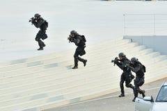 De Politiemacht Speciale Tactiek van Singapore & Reddings (STER) eenheid die tijdens Repetitie 2013 de Nationale van de Dagparade  Royalty-vrije Stock Foto's