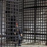 De politieman opent de poort royalty-vrije stock fotografie
