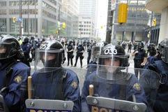 De politiemannen die van de rel de straten blokkeren van de binnenstad stock fotografie