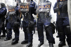 De politiemannen die van de rel de straten blokkeren van de binnenstad royalty-vrije stock foto's