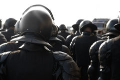 De politiemannen in rel passen aan. Royalty-vrije Stock Fotografie
