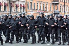De politiemannen in reltoestel blokkeren een Nevsky-vooruitzicht Royalty-vrije Stock Afbeelding