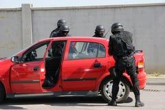 """De politieploeg sparen de ontvoerde mens bond met handcuffs in de stad sep van van Sofia, Bulgarije †""""11,2007, Misdadige scène  stock afbeelding"""