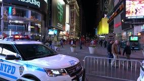 De Politiewagen van New York staat op Times Square New York in de avond gereed stock video