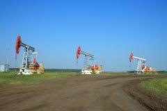 De Pomp Jack van de olie op een gebied Stock Afbeeldingen