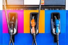 De pomp van brandstofpijpen op gasbenzinestation Stock Fotografie