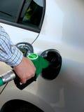 De pomp van de benzine het vullen Royalty-vrije Stock Foto's