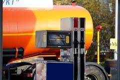 De pomp van de brandstof en tanker stock afbeelding