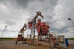 De pomp van de olie op het gebied Royalty-vrije Stock Afbeeldingen