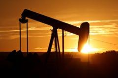 De pomp van de olie tegen het plaatsen van zon Stock Fotografie