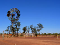 De pomp van het de molenwater van de wind met tank Royalty-vrije Stock Afbeeldingen