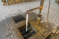 De pomp van het stadswater met het lopen drinkt water voor mensen stock foto's