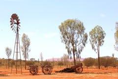 De pomp van het windmolenwater, woestijn Australië Stock Afbeeldingen