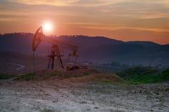 De Pomp van de olie op Zonsondergang Stock Fotografie