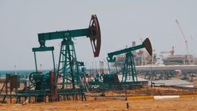 De pompen van de olie Extractie van Olie Pompstation stock footage