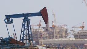 De pompen van de olie Extractie van Olie Pompstation stock video