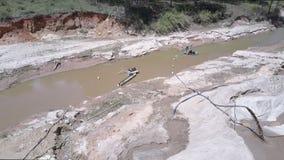 De pompenzand van het extractiemateriaal van ondiepe rivier stock videobeelden