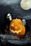 De Pompoen & de Lijkenetende geest van Halloween in Mist Stock Afbeelding