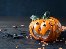 De pompoen en de spin van Halloween op donkere achtergrond Stock Afbeeldingen