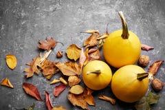 De pompoen van het de herfststilleven met gele bladeren royalty-vrije stock fotografie