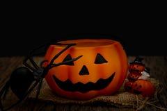 De pompoen van stillevenhalloween op zwarte achtergrond Donker Halloween-concept royalty-vrije stock afbeelding