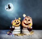 De pompoenen en de heks van Halloween Stock Afbeeldingen