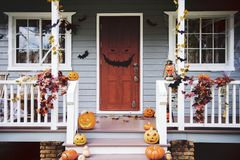De pompoenen en de decoratie van Halloween buiten een huis stock fotografie
