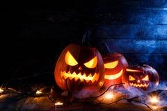 De pompoenen en de kaarsen van Halloween royalty-vrije stock afbeelding