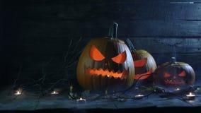 De pompoenen en de kaarsen van Halloween stock video