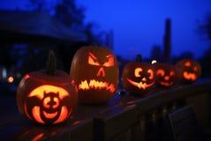 De pompoenen van Halloween bij nacht Stock Foto's