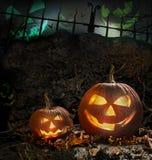 De pompoenen van Halloween op rotsen bij nacht Stock Afbeeldingen
