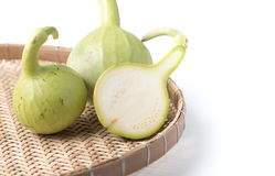De pompoenfruit van de plakfles op geïsoleerde mand Stock Afbeelding