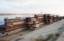 De pontonbrug wordt ontmanteld en liggend op de kust stock afbeelding