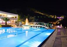 De pool en de fontein van het water bij nacht Stock Foto