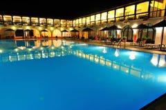 De pool en de villa's van de toevlucht - nachtscène Stock Afbeelding