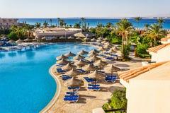 De pool, strandparaplu's en het Rode Overzees in Egypte Royalty-vrije Stock Foto