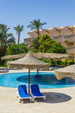 De pool, strandparaplu's en het Rode Overzees in Egypte Stock Foto
