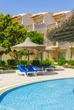 De pool, strandparaplu's en het Rode Overzees in Egypte Royalty-vrije Stock Foto's