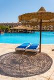 De pool, strandparaplu's en het Rode Overzees in Egypte Stock Afbeelding