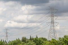 De pool van de hoogspanningsmacht, hoogspanningstoren onder donkere bewolkte sk Royalty-vrije Stock Foto