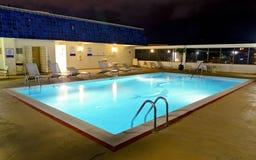 De pool van het dak bij nacht stock fotografie
