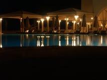De pool van het hotel bij nacht 1 Stock Foto's