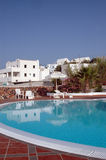 De pool van het hotel met Griekse eilandarchitectuur Stock Afbeelding