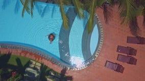 De pool van het luxehotel met dichtbij het vouwen van stoelen stock video