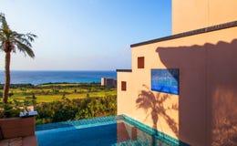 De pool van het oneindigheidshotel met landschaps blauwe overzees en duidelijke hemel Miyako, Stock Fotografie