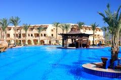 De pool van het water in hotel Stock Afbeeldingen