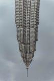 De pool wordt weerspiegeld van bended de tweelingtorens van Petronas in Kuala Lumpur, Maleisië dat stock fotografie